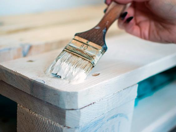 Pintar muebles con brocha